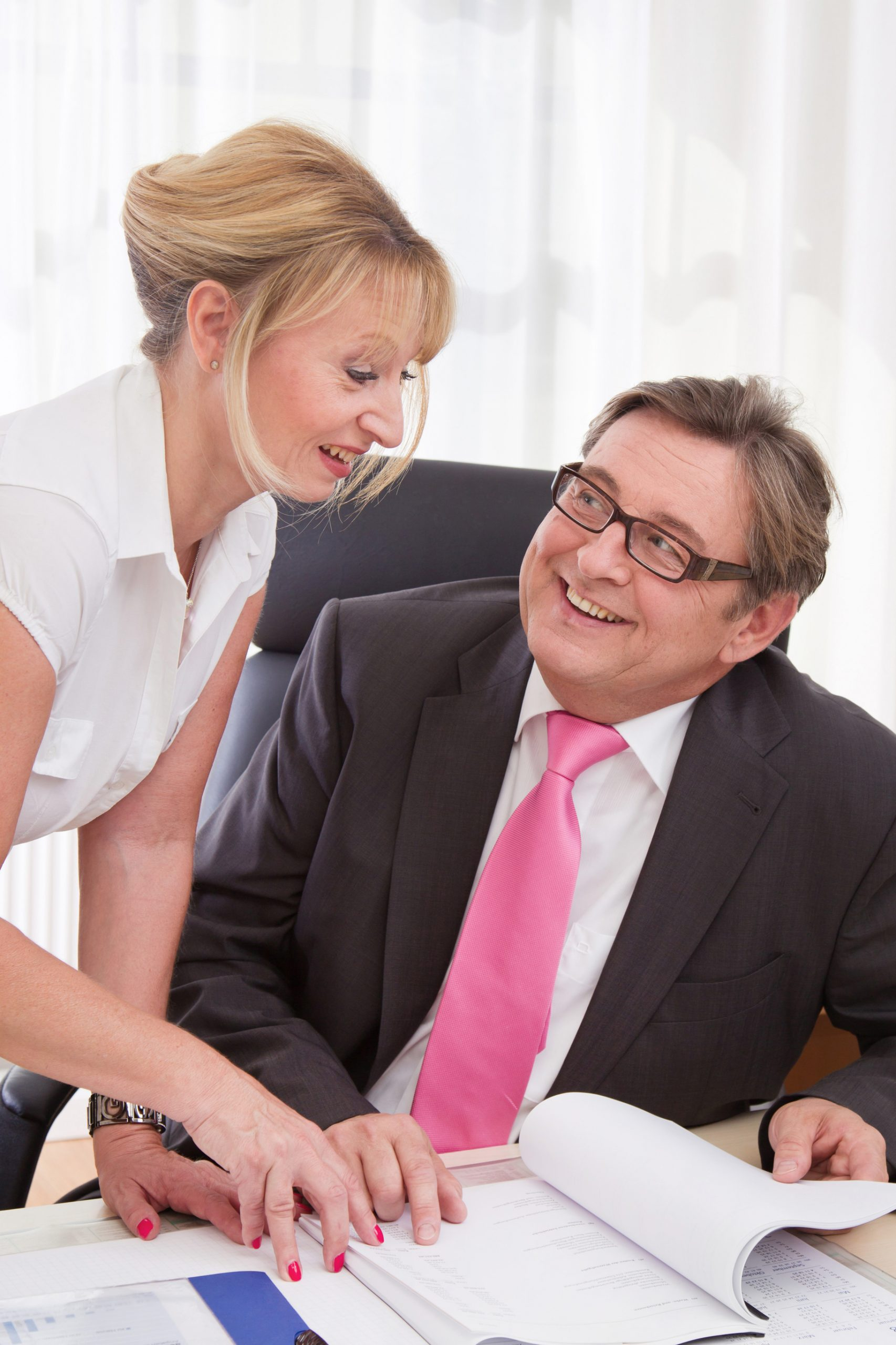 7 Ways to Tell That Your Married Boss Likes You Romantically
